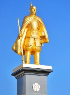 黄金の信長公像